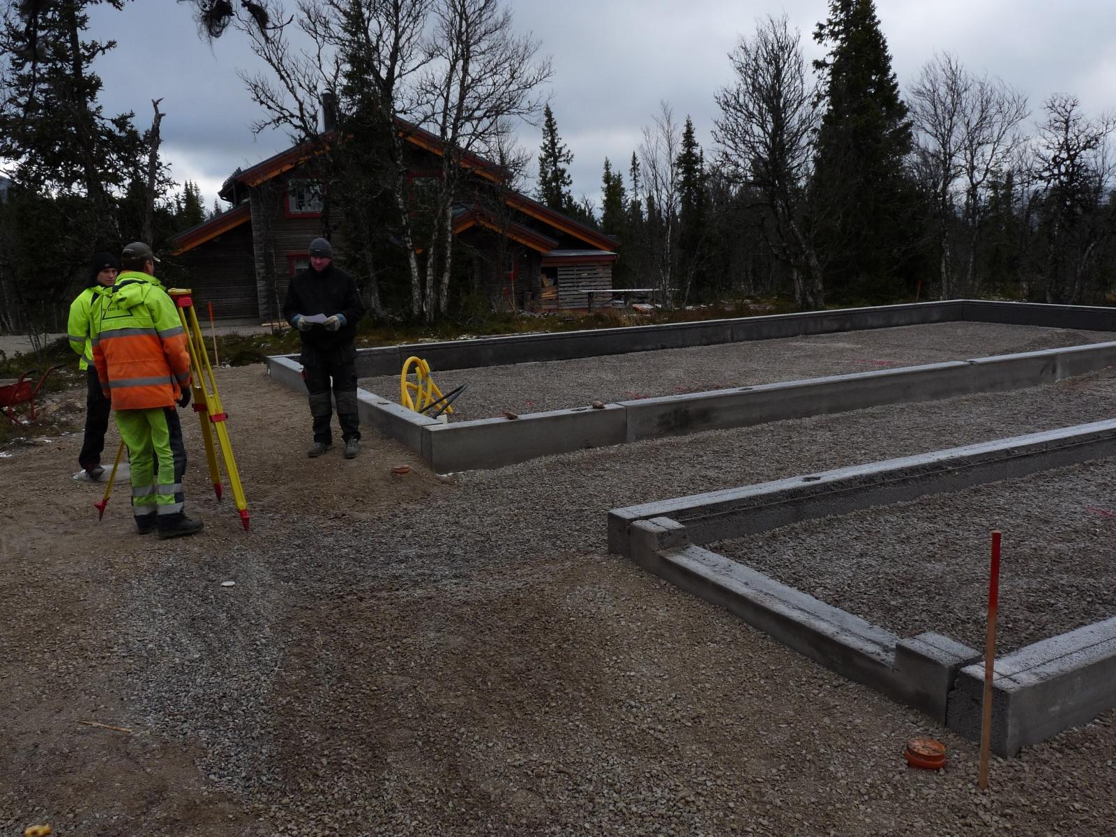 Kantbalken lagd till betongplattan i Lofsdalen