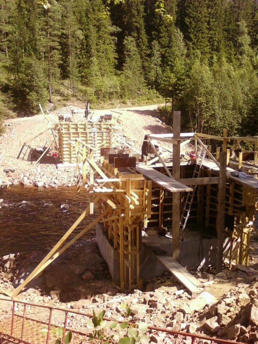 Här gör vi landfästen till nya träbron över Rotälven i Balser.