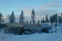 Lägger tak på ett Fiskarhedenhus i Himmelfjäll